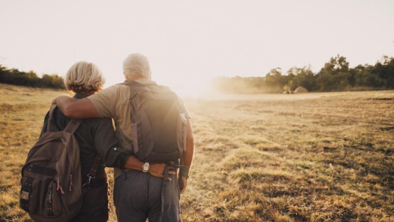 Transplant-Wissen > Patienteneindruck > Mann und Frau halten sich gehend im Arm
