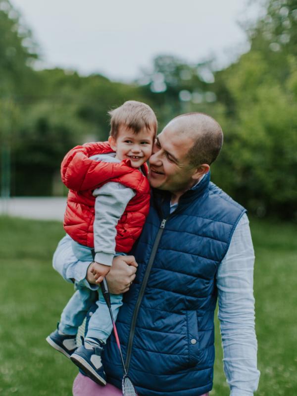 Transplant-Wissen > Informiert bleiben > Nierentransplantation > Vater traegt sein Kind gluecklich auf dem Arm