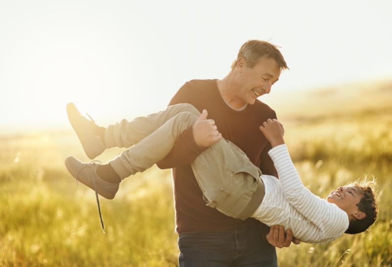 Transplant-Wissen > Informiert bleiben > Nierentransplantation > Vater gluecklich mit Sohn im Arm > Familienzeit