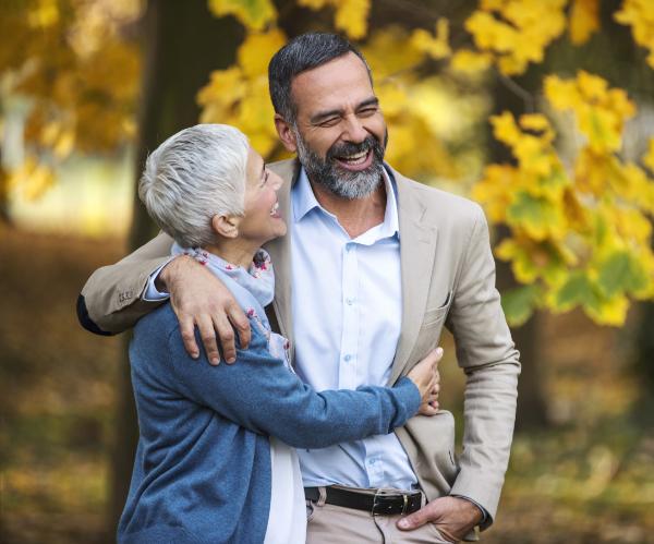 Transplant-Wissen > Informiert bleiben > Nierentransplantation > Mann gluecklich mit Frau im Arm im Park